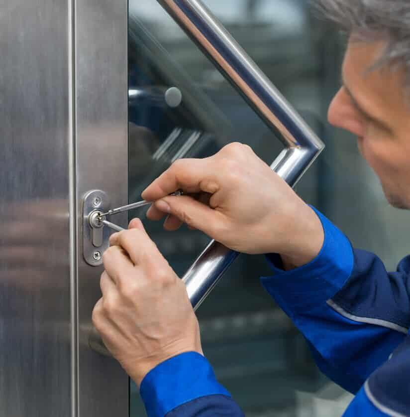Schlüsseldienst öffnet Haustür