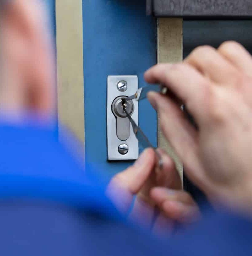 Schlüsseldienst-Mitarbeiter benutzt Dietrich